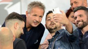 Sinisa Mihajlovic selfie con i tifosi